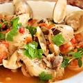 料理メニュー写真魚介の白ワイン蒸し・香草バターのせ