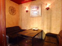エスニックなパーテーションがおしゃれなソファ席。デートに人気です♪2~4名様向け。