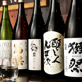 四季折々の魚に合う日本酒を取り揃えています。季節ごとの魚の味わいに合うようこだわった《五凛(石川・車多酒造)》はオリジナルの日本酒です。その他にも、季節の限定酒を豊富にご用意しております。美味しい食材に一手間加えた料理とご一緒にお楽しみ下さい。