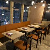 レイアウト可能なテーブル席は2名様~。ご利用いただく人数やシーンに合わせて自由に移動できるテーブル席です!クーポンを使ってお得に楽しくコース料理を!2時間の飲み放題コース料理を多数ご用意♪+540円でプレミアム飲み放題への変更もOKです!
