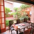 中から中庭も覗ける広々とした空間です。料理や日本酒にもこだわっており、落ち着いた空間でゆったりとお過ごしいただけます。