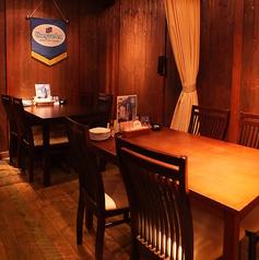 テーブル席が中心の店内。カーテンで仕切って半個室風にも