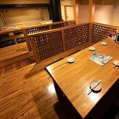 デートや女子会にも最適の4名様対応のテーブル席!家族や友達と、安く美味しい鶏料理やお酒をご堪能下さい!