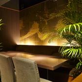 6~8名様にピッタリな衝立仕切り個室。壁面がデザイナーズ空間を演出