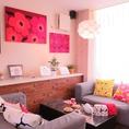 北欧家具に囲まれた人気のソファー席