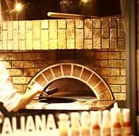 店内で焼き上げる窯焼きピッツァ