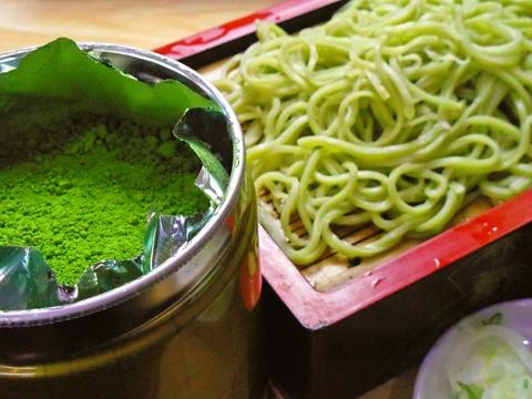 京都宇治の抹茶をブレンドしたおそばに、店主のこだわりのつゆ。ぜひ味わってみて。