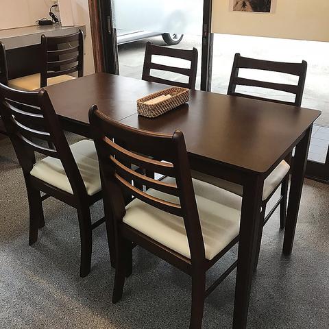 3~4名様掛けのテーブル席です。家族や少人数グループに最適です◎