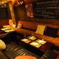 【ソファー席】レンガと照明が落ち着いた雰囲気を演出