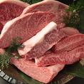 その日一番美味しいお肉や新鮮なホルモンを職人の目利きで厳選仕入れ!機械に頼らずひとつひとつ丁寧に手切りすることで、一番良い状態でお客様へご提供しております。希少部位や赤身、モモ肉、ホルモンなどバリエーションも豊富にご用意!ぜひお気に入りの一品を見つけてください★