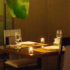 デート/誕生日/記念日/普段使い/におすすめの仕切りをつけたテーブル席。二人だけの時間を作るのにとっても素敵なお席です。記念日の場合ゴージャスにはクロスをかけておもてなし♪非日常が味わえる、特別な空間です。