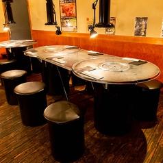 明るすぎず暗すぎない照明が心地よい…♪お仕事帰りや、ご友人とのお食事にぴったりなテーブル席。