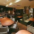 テーブルのお席は2名様から最大45名様ぐらいまでご利用いただけます!おしゃれな空間でご宴会をお楽しみ頂けますので、合コンや女子会、ご友人との飲み会などにも最適です!なるべく端のお席、なるべく静かなお席などご要望ございましたらご予約の際にお申し付けくださいませ!