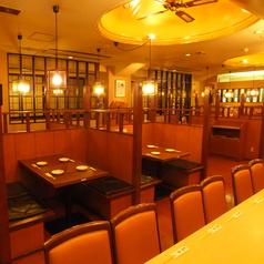 1階のフロアはカウンター、テーブル★サク飲みにも人気です♪