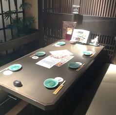 6名様用テーブル席になります。落ち着いた雰囲気の店内はゆったりとお食事をするのに最適♪ご宴会コース以外にも、こだわりの逸品料理や可愛らしいデザートなど豊富にご用意しております!ご要望があれば遠慮なくお申し付けください。