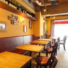 テーブルは2名×8席ご用意しております。棚に並んでいる数々のワインや赤と黄色の陽気な店内でゆっくりとお食事をお楽しみください。