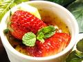 料理メニュー写真絶大人気デザート 苺のクリームブリュレ♪