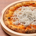 料理メニュー写真釜揚げしらすとトマトのピッツァ (ロッソ)