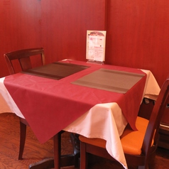 2人席掛けのテーブル席♪カップルやご夫婦のデートにおすすめ。特別な瞬間をビストロ風でどうぞ。