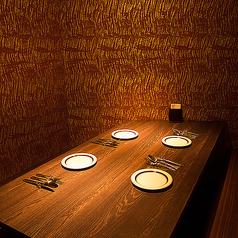 扉で仕切られる完全個室です。落ち着いた照明の中、ゆっくりインド料理を召し上がっていただくことが出来ます。