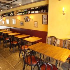 広々としたテーブル席。ワインは50種類ご用意!
