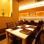 テーブル席は4名様テーブルを2卓ご用意しております。パーテーションで仕切って半個室としてご利用いただけます。記念日やお顔合わせ、接待や会食など大切な日のご利用に最適なプライベート空間です