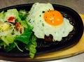 料理メニュー写真てりやきビーフハンバーグ 半熟目玉焼付き