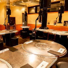 お店貸切(テーブル+お座敷)は50名様~60名様まで可!少人数の飲み会から会社宴会まで幅広くご利用頂けるスペースとなっております。