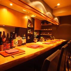 西麻布という土地でカジュアルかつリーズナブルに本格日本食を楽しむ♪カウンター席ならお一人様も気軽に立ち寄れ◎厳選した旬の素材をふんだんに使用した創作料理と、こだわりのお酒をゆっくりご堪能いただけます。特にワインは季節ごと厳選したものをご用意。「ふるけん」は西麻布ならではの愉しみが味わえる和食店。