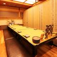 【仲間内での宴席にぴったりの完全個室】12名様用のお座敷完全個室ですが、間仕切りを取り外すことで、最大50名様までご利用可能です。各種ご宴会にも最適なプライベート空間で、ゆったりとお愉しみ下さい。(12席×3室、11席×1室)