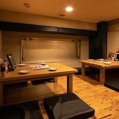 デートや会社宴会、ちょっとした飲み会にも最適な4名様まで対応可能なテーブル席もご用意。もちろんプライベートシーンにも対応しております!