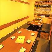 【東梅田駅徒歩5分★串焼き 金太郎のテーブル席ご紹介!】6名様掛け×2で、最大12名様までご利用頂ける半個室風のテーブル席♪仕切りがついておりますので、合コンや女子会に最適◎人気のお席のためご予約はお早めにお願い致します☆
