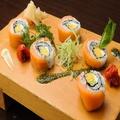 料理メニュー写真サーモンとクリームチーズのロール寿司