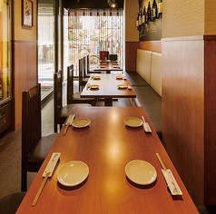 1階のテーブル席です。4名様から6名様の卓が3卓あります。貸切でないときは禁煙席です。1階には喫煙所があります。