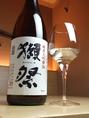 【きざみおすすめ日本酒1獺祭 純米大吟醸】口当たりはややまったりと甘く舌触りなめらか。香りが口の中に広がる香味タイプの純米大吟醸酒です。グラス610円。一合950円。