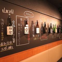 1階の壁にはオススメの日本酒など、説明文を黒板に書きディスプレイ!