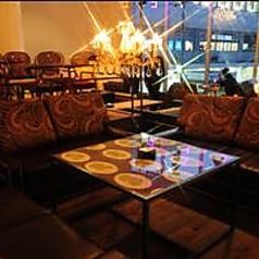 椅子やテーブルの形は様々。あなたのお気に入りの席を見つけてください。