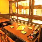 【東梅田駅徒歩5分★串焼き 金太郎のテーブル席ご紹介!】大きな窓際に面した4名様掛けのテーブル席♪ご家族でのお食事にもピッタリです☆アットホームでにぎやかな店内で自慢の鶏料理を堪能しながら楽しいひと時をお過ごし下さい♪