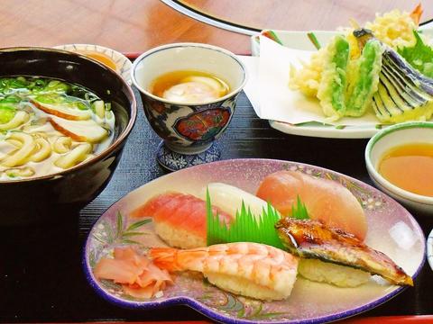 手打ちうどんやお寿司、定食などが充実。国道2号線沿い大きな看板が目印。