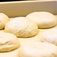 石窯で焼き上げるピッツァは生地から魂込めて作っています♪一枚一枚丁寧に…を心掛けてご提供!!カウンターなら目の前で石窯でピッツァが焼きあがるのをご覧になれますのでオススメ★