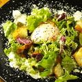 料理メニュー写真ローストベーコンと温卵のシーザーサラダ