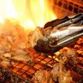 【うお鶏名物料理!銘柄鶏の炭火網焼き】厳選した銘柄鶏を使用するうお鶏では豪快に炭火で焼く『銘柄鶏の逸品料理』が魅力。生ビール・銘柄焼酎などとご一緒にお楽しみ下さい。2名様~個室席へご案内致しますので仕事終わり・急な宴会・打ち上げなど様々なシーンでご利用いただけます。