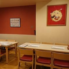 15~24名様でご利用いただけます。テーブル席となります。足・腰が楽です。お客様ご自身の車椅子も入店可能です。事前連絡が要します。部屋名は「白」