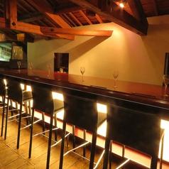 ワインと店主との会話も楽しめるカウンター席は特等席です。