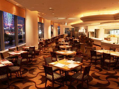 一面総ガラス張りで、横浜港が目の前に広がる開放感あふれるレストラン。