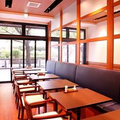 【1階席】ソファーと椅子のミックス席。窓が大きく、天井も高いので店内は広々!