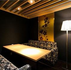 ソファー席の完全個室をご用意しております。特別な方へのおもてなしにもオススメです◎ゆったりとしたくつろぎの時間をお過ごしください。雰囲気のある大人デートにぴったりのカウンター席や掘り炬燵の個室もございます。