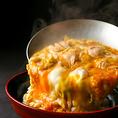 「ふわっふわ、ぷりっぷり」を実現!名古屋コーチン親子丼全国丼連盟主催の丼グランプリで4年連続金賞の親子丼!地鳥の王様名古屋コーチンの肉と玉子を使った究極の親子丼。名古屋コーチンの弾力のある濃厚な卵と、ジューシーなモモ肉。厳選カツオ出汁に愛知県産高級醤油、3年熟成みりんを用いた親子出汁、食感豊かな米。