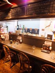 一人飲みにも最適なカウンター席。目の前には本日仕入れた新鮮な旬の生牡蠣がスラリ。