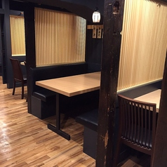 【テーブル席4名様】落ち着いた雰囲気の半個室風のお席はテーブル席でのご案内となっております。少人数でのご宴会や飲み会などのご利用にいかがでしょうか?